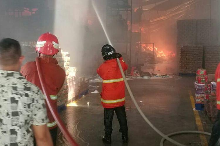 Petugas damkar saat memadamkan api di dalam gudang deterjen milik PT Wings di Gabek, Pangkal Pinang, Jumat (24/5/2019).