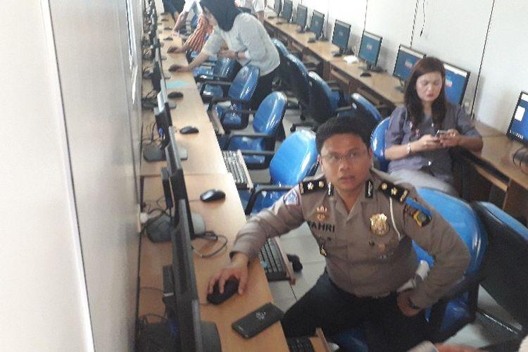 Kasie SIM Ditlantas Polda Metro Jaya Kompol Fahri Siregar dalam simulasi tes psikologi di Satpas SIM Daan Mogot, Jakarta Barat pada Kamis (22/6/2018).