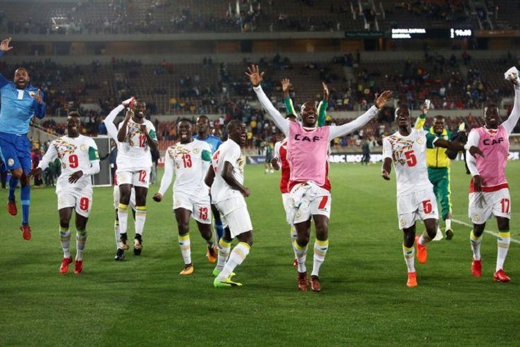 Para pemain timnas Senegal merayakan keberhasilan lolos ke Piala Dunia 2018 seusai menyisihkan Afrika Selatan di Stadion The Peter Mokaba, Polkowane, 10 November 2017.