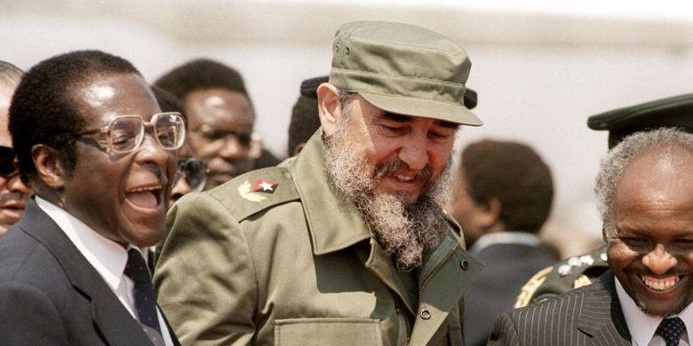 Mendiang Pemimpin Kuba, Fidel Castro, ketika bersama mantan Presiden Zimbabwe, Robert Mugabe (kanan).(Sky News)