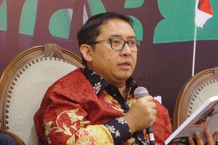 Wakil Ketua DPR RI Fadli Zon saat membacakan isi buku 100 janji Joko Widodo-Jusuf Kalla dalam sebuah acara diskusi di Kompleks Parlemen, Senayan, Jakarta, Jumat (20/10/2017).