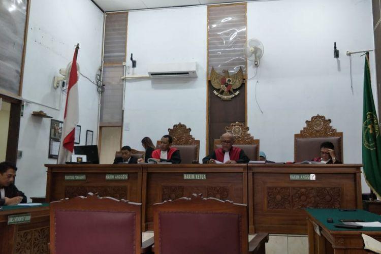 Suasana sidang pembacaan putusan untuk terdakwa Gatot Brajamusti alias Aa Gatot dalam kasus kepemilikan senjata api dan satwa langka di Pengadilan Negeri Jakarta Selatan, Kamis (12/7/2018). Gatot tidak hadir karena sakit stroke.