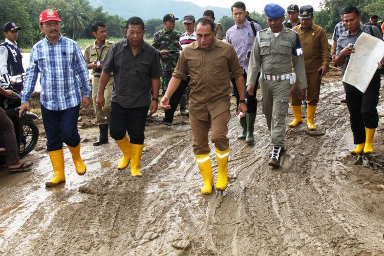 Gubernur Sumut Edy Rahmayadi dan Bupati Madina Dahlan Hasan Nasution (tengah) meninjau lokasi banjir dan longsor di Kabupaten Madina, Sumut, Rabu (14/11/2018)