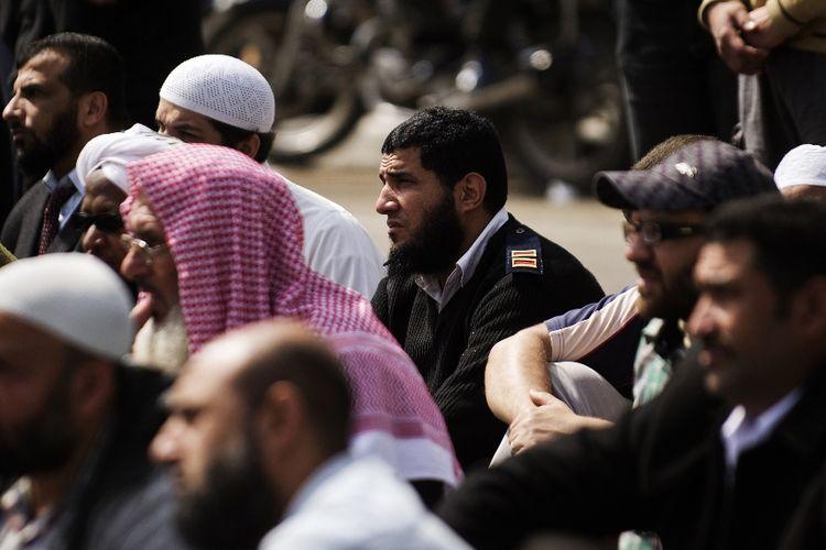 Petugas polisi berjanggut di Mesir menghadiri aksi demonstrasi atas kurangnya penegakan perintah pengadilan yang memungkinkan petugas polisi berjanggut untuk melayani di Kairo pada 1 Maret 2013.
