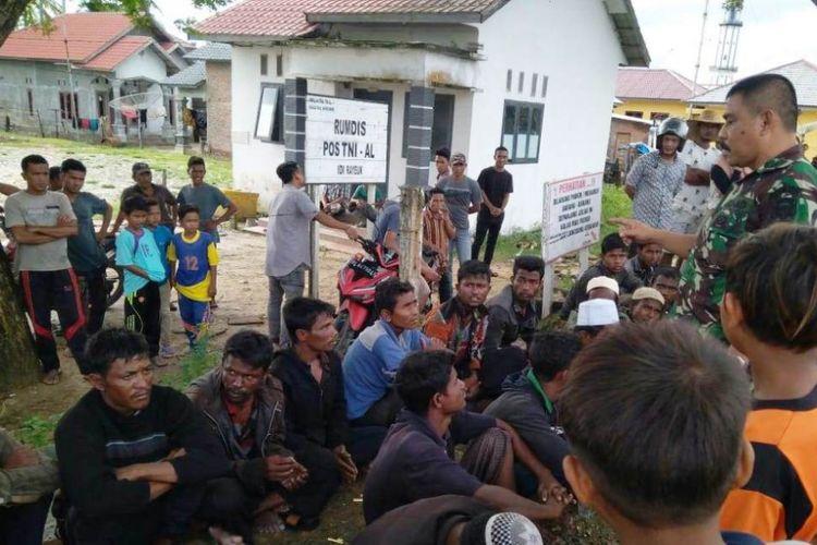 TNI Angkatan Laut mendata 20 warga rohingnya di Pos TNI AL, Idi Rayeuk, Kecamatan Idi Rayeuk, Kabupaten Aceh Timur, Selasa (4/12/2018)