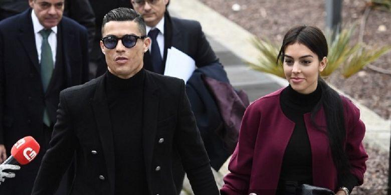 Striker Juventus, Cristiano Ronaldo, bersama kekasihnya, Georgina Rodriguez, tiba di pengadilan di Madrid, Spanyol, untuk menghadiri persidangan atas kasus dugaan penggelapan pajak, Selasa (22/1/2019).