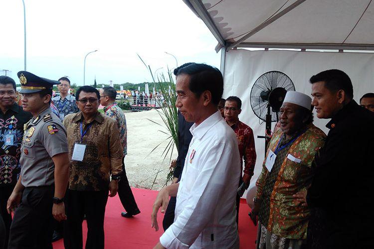 Presiden Joko Widodo saat hendak melihat dermaga seusai peresmian JIIPE, Jumat (9/3/2018).