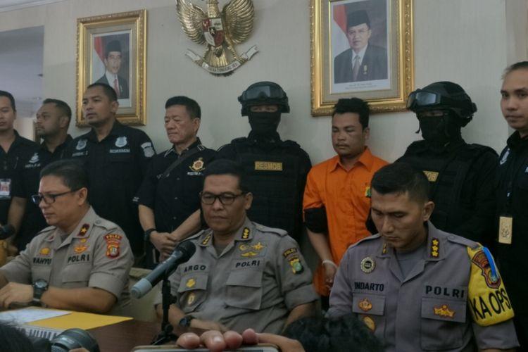 HS, pelaku pembunuhan keluarga Diperum Nainggolan di Bekasi saat dihadirkan di hadapan media, Jumat (16/11/2018).
