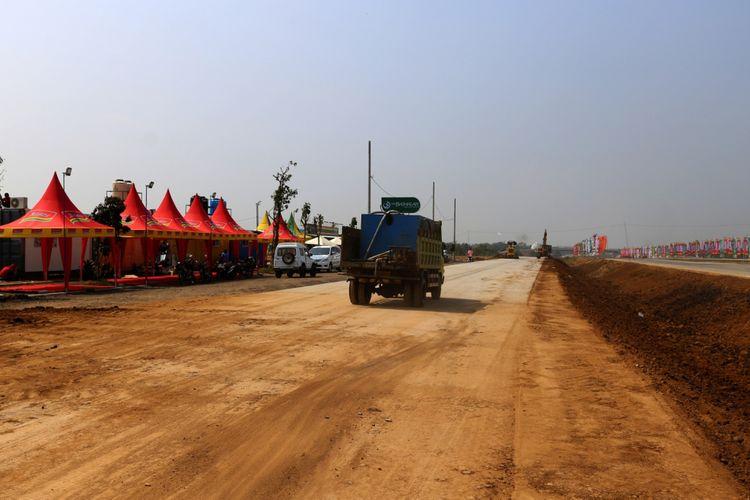 Kendaraan melintas pada pembangunan tempat istirahat di Tol Gempol-Pasuruan, Kabupaten Pasuruan, Rabu (6/6/2018). Tol tersebut merupakan bagian dari jalan Tol Trans Jawa dengan panjang 34,15 kilometer dan beroperasi secara fungsional pada Lebaran 2018.