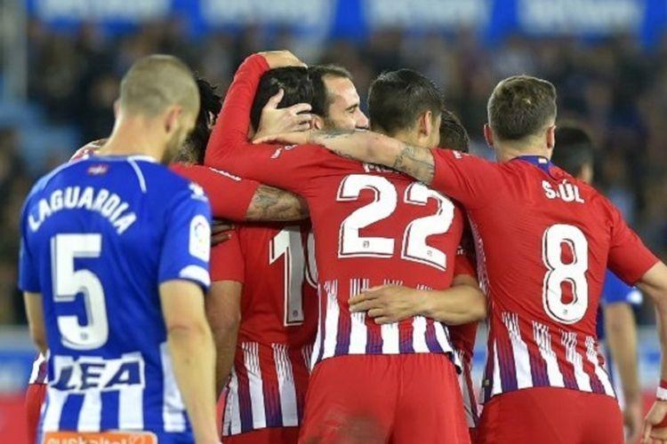 Para pemain Atletico Madrid merayakan gol Diego Costa ke gawang Deportivo Alaves pada pertandingan lanjutan La Liga Spanyol di Stadion Mendizorroza, 30 Maret 2019.