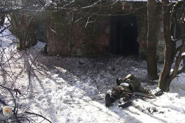 Salah satu jenazah terduga anggota ISIS tergeletak di atas salju usai baku tembak dengan pasukan khusus kepolisian Rusia di kawasan hutan Ingushetia.