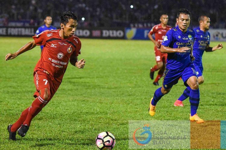Gelandang Semen Padang, Rudi, menggiring bola dibayangi pemain Persib, Dedi Kusnandar.