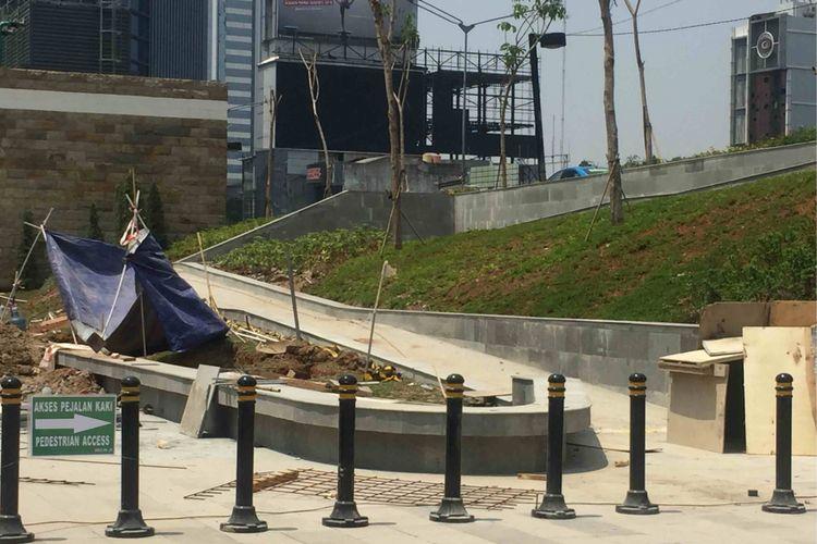 Akses bagi penyandang disabilitas yang dibangun di taman MRT Dukuh Atas, Jakarta Pusat, Selasa (25/9/2018).