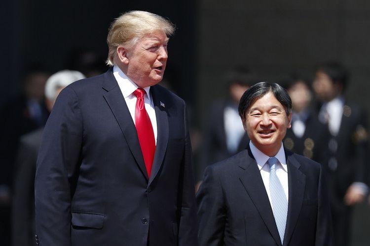 Presiden AS Donald Trump (kiri) berjalan beriringan dengan Kaisar Naruhito di Istana Kekaisaran Jepang, Senin (27/5/2019).