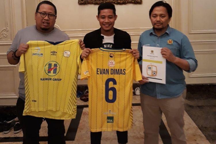 Gelandang Evan Dimas (tengah) resmi bergabung ke Barito Putera, Selasa (25/12/2018).