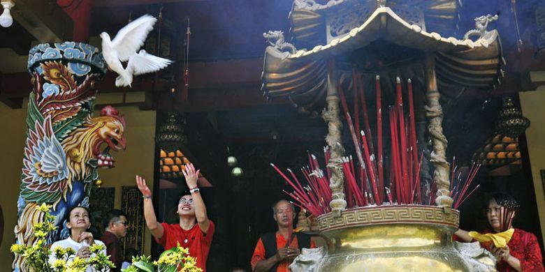 Warga keturunan Tionghoa melepas sepasang burung merpati disela-sela sembahyang Tahun Baru Imlek 2570 di Vihara Avalokitesvara, di Kasemen, Serang, Banten, Selasa (5/1/2019). Dalam perayaan Imlek bertema Hidup Dalam Kerukunan dan Keberagaman itu para warga keturunan Tionghoa berharap tahun baru membawa kedamaian dan kehidupan yang lebih baik.