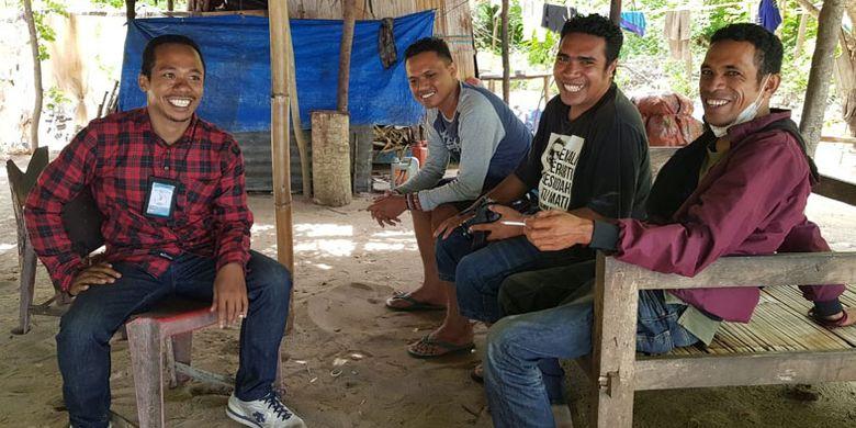 Pengunjung Pantai Oa di Kecamatan Wulanggitang, Kabupaten Flores Timur, Nusa Tenggara Timur (NTT). Dari kota Larantuka, jaraknya sekitar 50 kilometer.