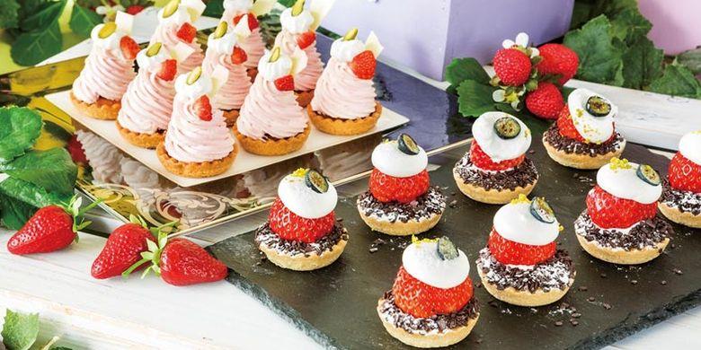 Kue strawberry cheese and chocolate mont blanc tampil di Hilton Tokyo Bay, salah satu hotel resmi Tokyo Disney Resort® yang menyelenggarakan dessert buffet bertema ladang stroberi (strawberry field) di restoran Lounge O mulai 13 Januari hingga 1 Juli 2018.