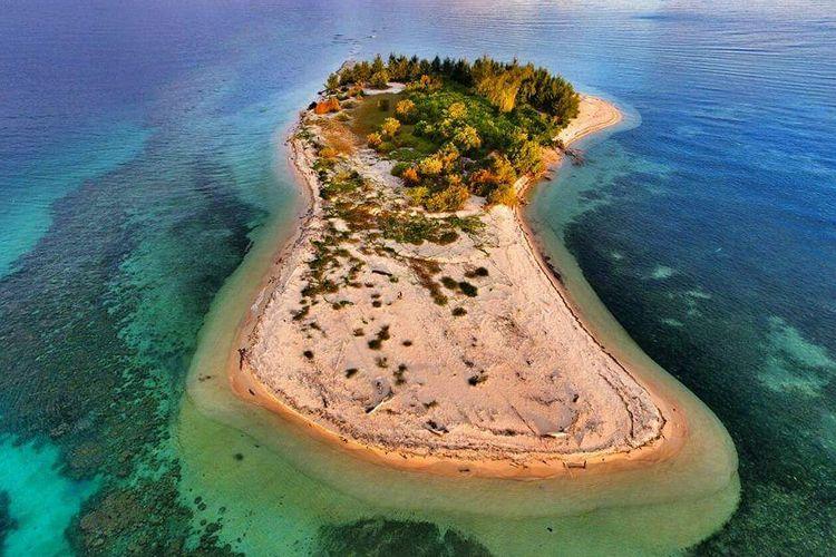 Pulau Lahe di Kabupaten Pohuwato, Gorontalo yang eksotis dengan pasir yang lembut dan hamparan terumbu karang yang memesona.