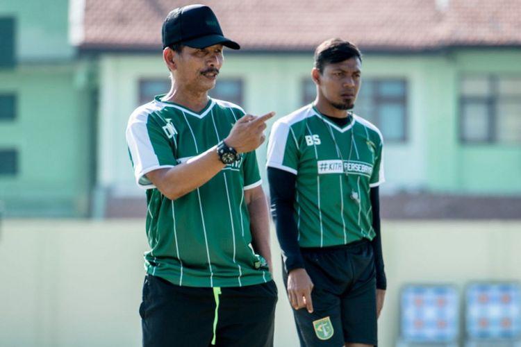 Pelatih Persebaya Surabaya Djajang Nurdjaman (kiri) dan Asisten Pelatih Bejo Sugiantoro memimpin latihan tim
