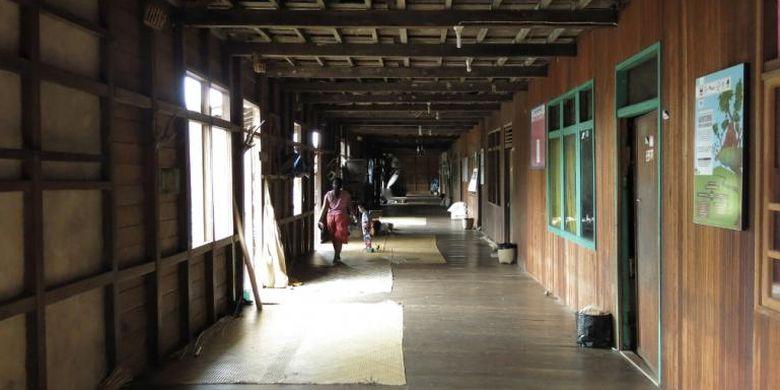 Suasana di dalam Rumah Betang, rumah adat masyarakat Dayak Iban di Dusun Meliau, Kalimantan Barat.