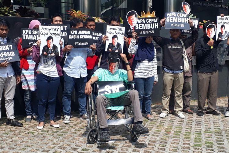 Sejumlah elemen yang tergabung dalam Koalisi Masyarakat Sipil Antikorupsi berunjuk rasa di depan Komisi Pemberantasan Korupsi (KPK), Kamis (14/9/2017). Mereka mendesak KPK untuk menahan Setya Novanto.