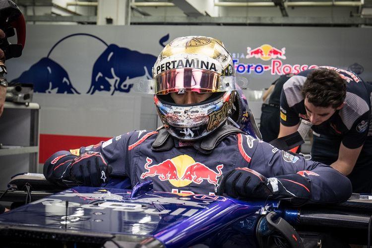 Pebalap Indonesia, Sean Gelael, memasuki mobil tim Formula 1, Scuderia Toro Rosso, di Sirkuit Internasional Bahrain, Sakhir, Selasa (18/4/2017). Sean turun sebagai pebalap penguji bagi Toro Rosso.