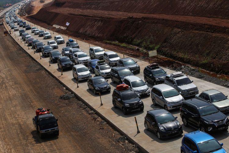 Kendaraan pemudik melintasi di ruas tol fungsional Batang-Semarang, Jawa Tengah, Selasa (12/6/2018). Kenaikan volume kendaraan mengakibatkan antrean sepanjang 1 kilometer jelang exit toll Grinsing dan adanya pembangunan Jembatan Kalikuto dan dijadwalkan baru akan selesai pada H-2 lebaran.