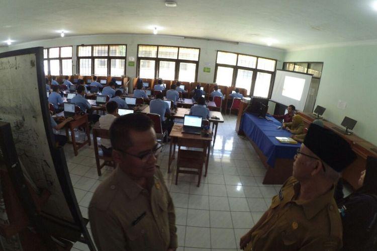 Kadisdik Jabar tengah memantau para siswa SMK yang tengah melakukan ujian nasional berbasis komputer (UNBK).