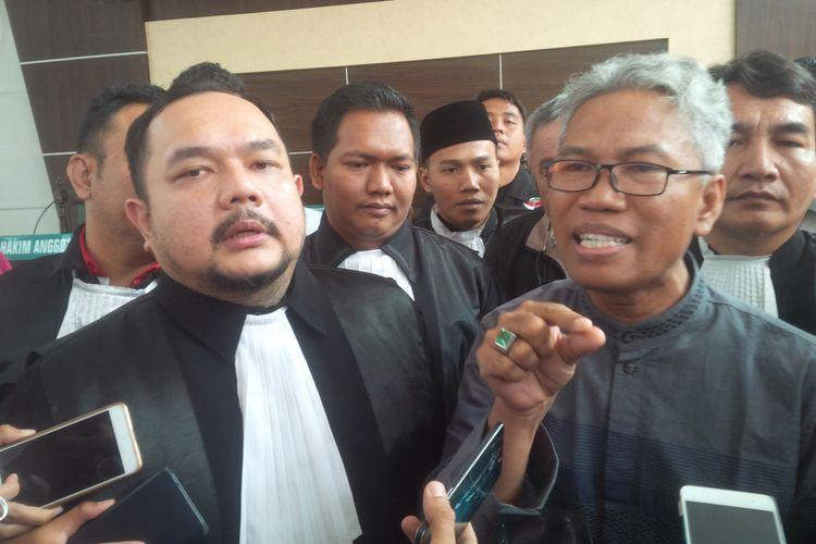 Buni Yani dan kuasa hukumnya, Aldwin Rahadian.