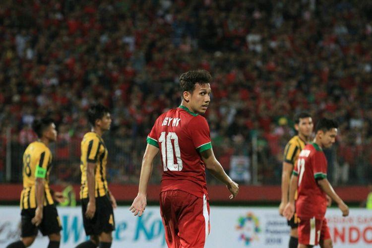 Egy Maulana Vikri tampil membela timnas U-19 Indonesia saat berhadapan dengan Malaysia pada semifinal Piala AFF U-19 2018 di Sidoarjo, 12 Juli 2018.