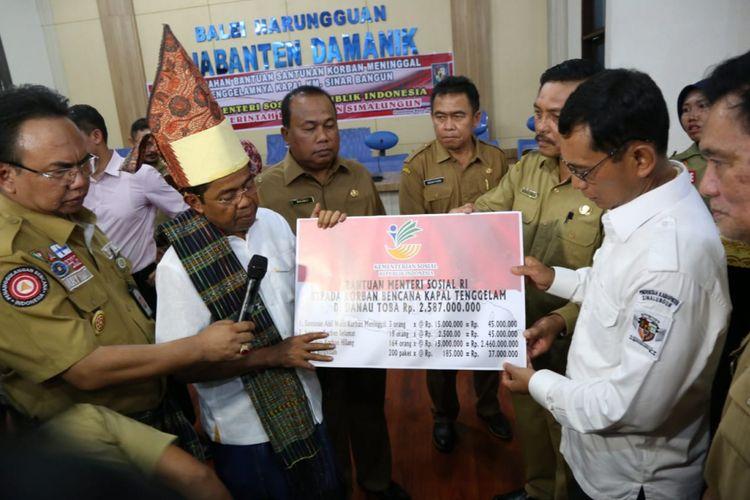 Mensos Idrus Marham Serahkan Bantuan untuk Korban KM Sinar Bangun