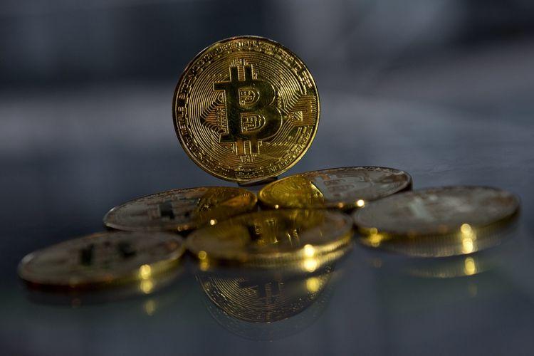 Souvenir koin emas bitcoin yang dipamerkan di London, Inggris, pada 20 November 2017.