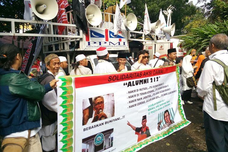 Massa pendukung Buni Yani, terdakwa kasus UU ITE,  mendatangi lokasi sidang vonis Buni Yani di Gedung Dinas Perpustakaan dan Arsip, Jalan Seram, Kota Bandung, Selasa (14/11/2017) pagi.