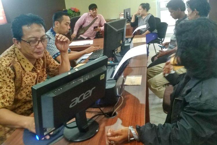 Korban Rohmawati (46) mendatangi Polresta Palembang, untuk melaporkan Thamrin (62) suaminya sendiri, karena telah melakukan penganiayaan.