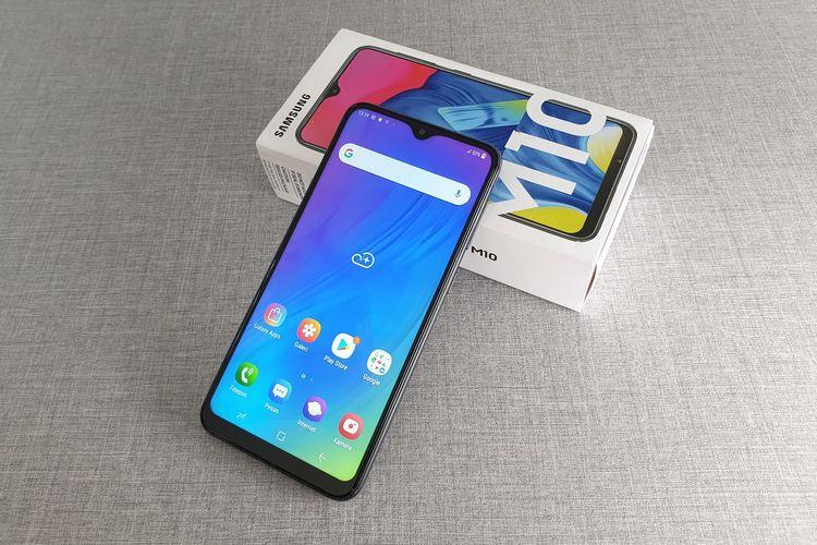 Samsung Galaxy M10 mengusung layar Infinity V dengan bentang diagonal seluas 6,22 inci. Panel layar ponsel ini adalah TFT dengan resolusi 720 x 1520 piksel.