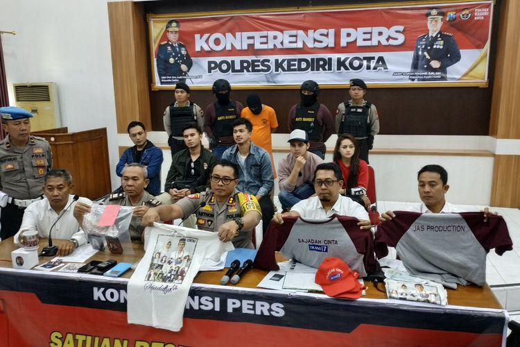 Beberapa pesinetron ibu kota saat hadir dalam konferensi pers dugaan penipuan rekrutmen artis sinetron di Mapolres Kediri Kota, Jawa Timur, Senin (29/7/2019). Sebanyak 25 warga Kediri jadi korban penipuan sinetron Sajadah Cinta, dengan total kerugian Rp 280 juta.