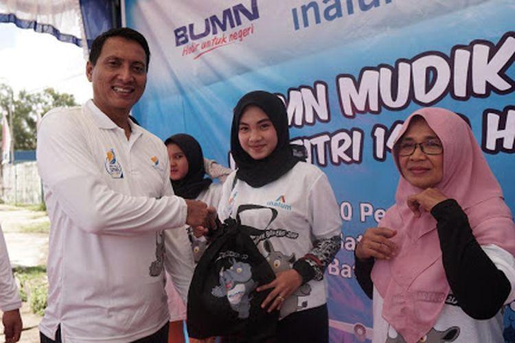 Deputi General Manager CSR dan PKBL INALUM, Susyam Widodo menyerahkan perlengkapan Mudik Bareng BUMN secara simbolis kepada salah satu perwakilan peserta mudik (31/5/2019).