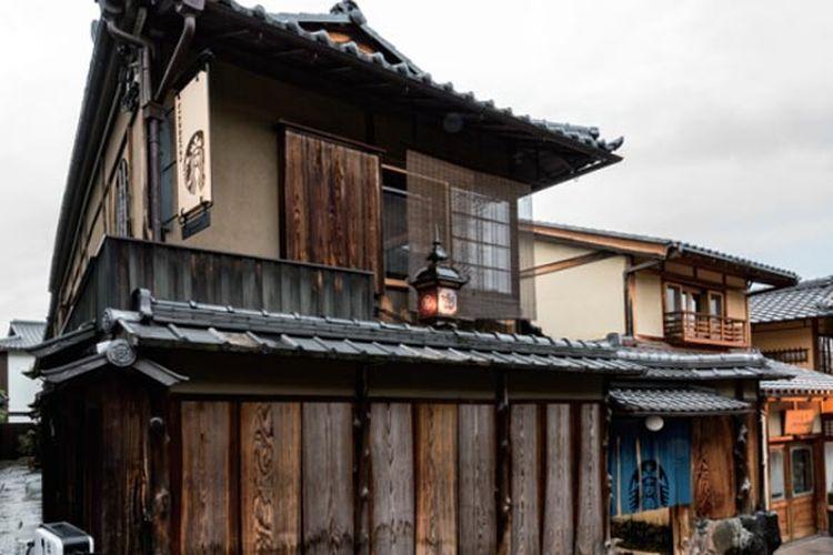 Gerai Starbucks di wilayah Ninenzaka, Kyoto, Jepang ini menggunakan bangunan yang berusia lebih dari 100 tahun.