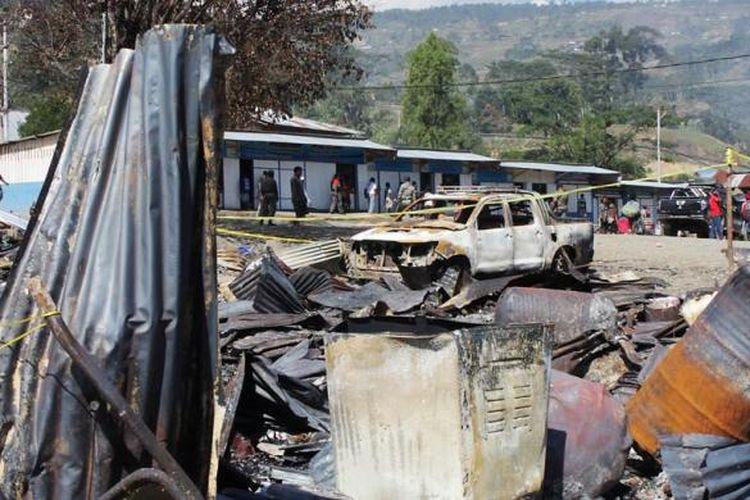 Bekas kios yang terbakar akibat kerusuhan di Kecamatan Karubaga, Kabupaten Tolikara, Papua, Senin (20/7/2015). Berbagai pemangku kepentingan di Karubaga menegaskan bahwa kendati konflik diawali penolakan salat id, tetapi konflik disebabkan faktor miskomunikasi.