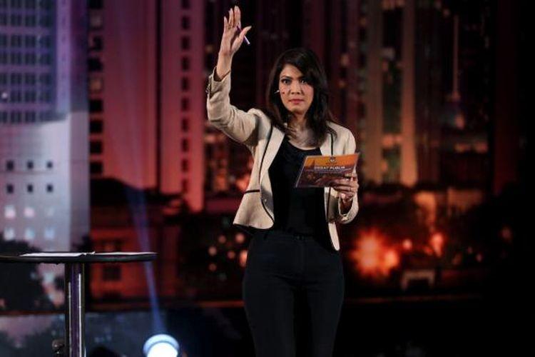 Pembawa acara Ira Koesno menjadi moderator debat perdana calon gubernur dan wakil gubernur DKI Jakarta 2017 yang diselenggarakan Komisi Pemilihan Umum Provinsi DKI Jakarta di Hotel Bidakara, Jakarta, Jumat (13/1/2017).