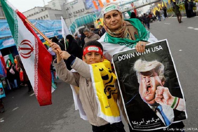 Unjuk rasa di Iran menentang pernyataan Presiden AS, Donald Trump, yang tidak mengakui kesepakatan nuklir Iran dengan enam negara kuat yang tercapai pada 2015. (Foto: ilustrasi)