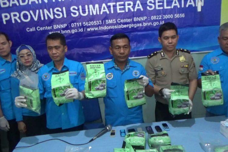 Barang bukti 17 kilogram sabu yang diselundupkan dari Medan ke Palembang, berhasil diamankan BNN Sumsel. Dari lima tersangka yang ditangkap, dua ditembak mati petugas.