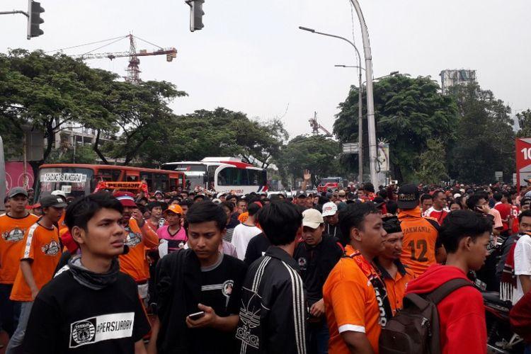 Suasana antrean penonton pertandingan Persija vs Mitra Kukar di Jalan Gerbang Pemuda, Minggu (9/12/2018).