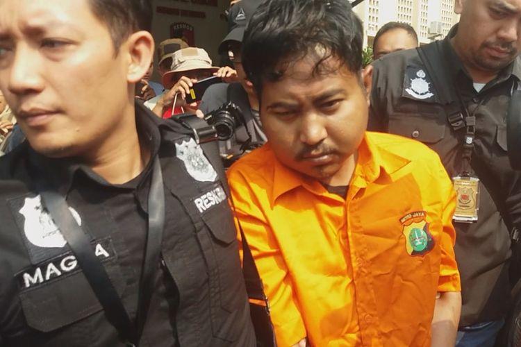 M Nurhadi, terduga pembunuh mantan jurnalis Abdullah Fithri Setiawan alias Dufi yang jenazahnya ditemukan di dalam drum, Bogor, Jawa Barat, Minggu (18/11/2018) diserahkan ke Polres Bogor.