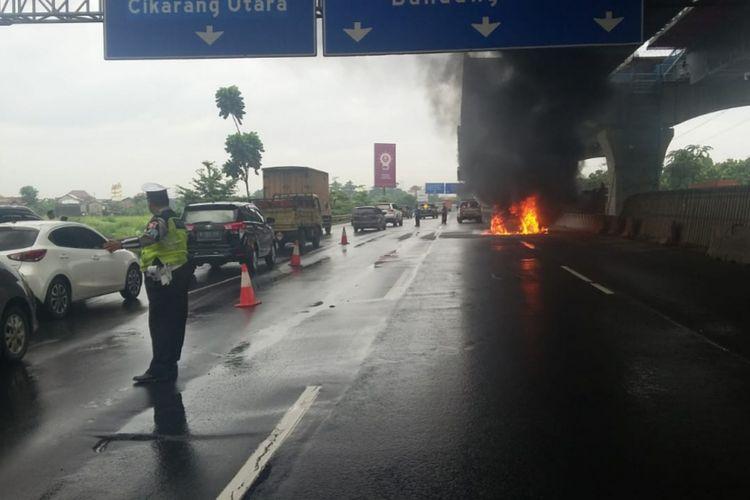 Tampak Mobil Terbakar di Tol Jakarta-Cikampek KM 27, Cibitung, Kabupaten Bekasi, Rabu (30/1/2019).