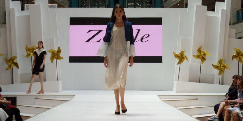 Koleksi busana Zoelle pada acara White Box Style Weekend oleh Localstrunk di Plaza Senayan, Jakarta, Jumat (11/1/2018).