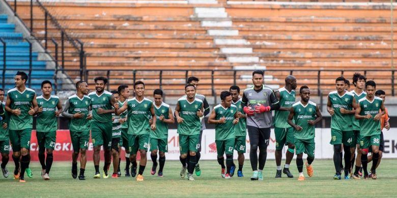 Para pemain Persebaya Surabaya berlatih di Stadion Gelora Bung Tomo.