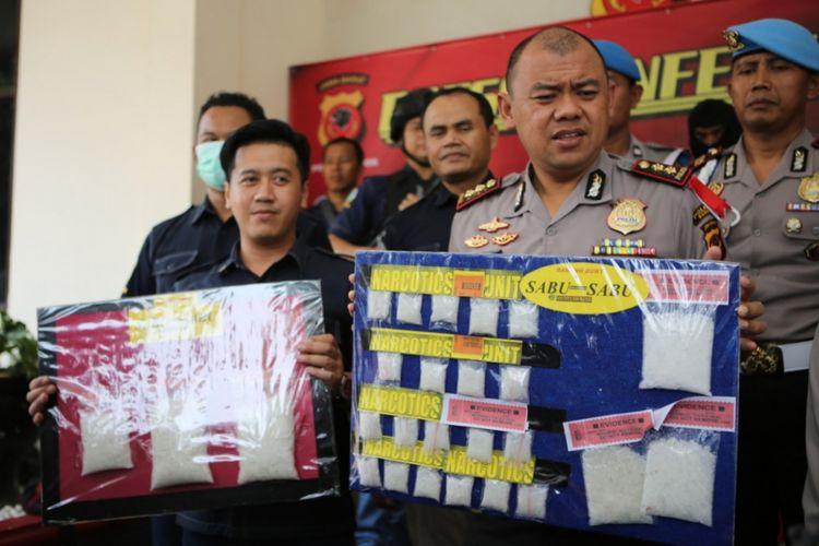 Kepala Polres Bogor Ajun Komisaris Besar AM Dicky menunjukkan sabu-sabu yang diamankan di Mapolres Bogor, Kamis (14/2/2019).