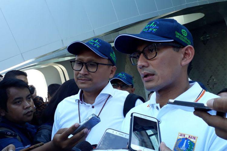 Direktur Utama PT Jakarta Propertindo Satya Heragandhi dan Wakil Gubernur DKI Jakarta Sandiaga Uno di Pulomas, Jakarta Timur, Selasa (23/1/2018).